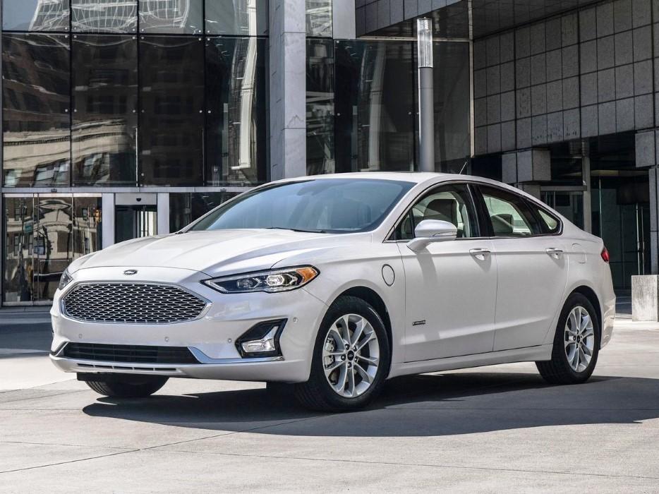 Ford Fusion 2020 blanco frente a unas oficinas